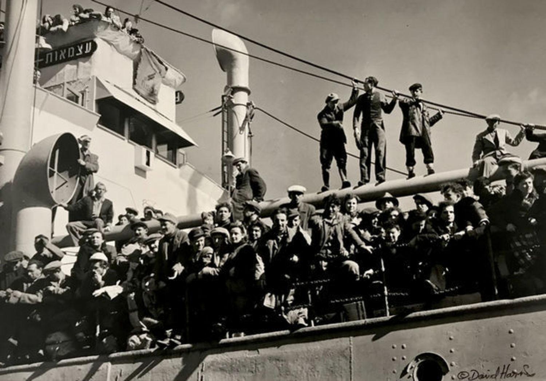 Immigrants arriving on the Atzmaut